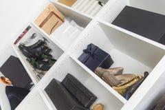 在壁橱的现代步行与豪华鞋子和袋子 库存图片