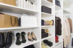 在壁橱的现代步行与豪华鞋子和袋子 库存照片