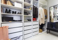 在壁橱的现代步行与豪华鞋子和袋子 免版税库存图片