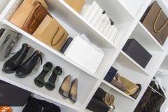 在壁橱的现代步行与豪华鞋子和袋子 免版税库存照片