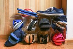 在壁橱的鞋子存贮 对塑料瓶的次要用途 挽救空间 免版税库存照片