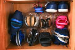 在壁橱的鞋子存贮 对塑料瓶的次要用途 挽救空间 免版税图库摄影