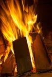 在壁炉关闭的灼烧的木柴 火火焰 图库摄影