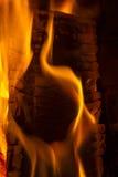 在壁炉关闭的灼烧的木柴 火火焰 免版税库存照片