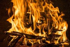 在壁炉关闭的灼烧的木柴, BBQ火,木炭背景 免版税库存照片