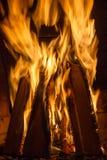 在壁炉关闭的灼烧的木柴 图库摄影