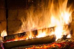 在壁炉关闭的灼烧的木柴 库存照片