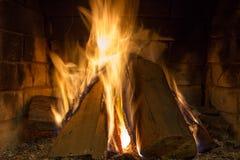 在壁炉关闭的灼烧的木柴 免版税库存图片