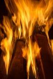 在壁炉关闭的灼烧的木柴 库存图片