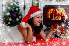 在壁炉前面的美丽的女孩 库存图片