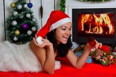 在壁炉前面的美丽的女孩 免版税图库摄影