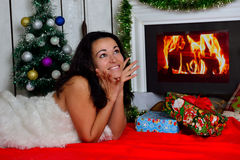 在壁炉前面的美丽的女孩 免版税库存图片