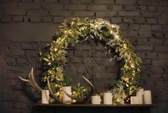 在壁炉台上的圣诞节花圈在砖墙背景 库存图片