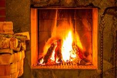 在壁炉和木柴的火 库存图片
