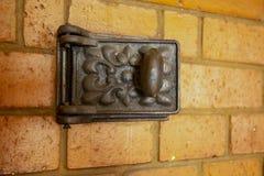 在壁炉架的一个小门由砖做成 做生铁, 库存照片