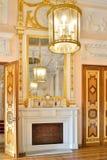 在壁炉架的镜子在大理石餐厅在Gatch 免版税图库摄影
