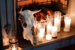 在壁炉特写镜头的万圣夜构成 免版税库存照片
