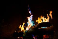 在壁炉的五颜六色的火 库存图片