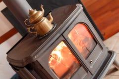 在壁炉的水壶在房子里 库存照片