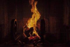 在壁炉的火焰舞蹈 免版税库存图片