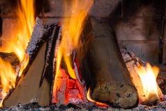 在壁炉的火 查出的背景黑色火 燃烧的篝火 木柴在壁炉烧 库存图片
