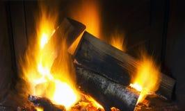 在壁炉的灼烧的木头 免版税库存图片