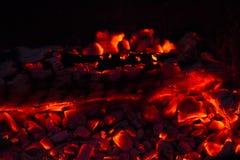 在壁炉的灼烧的木柴 免版税库存照片