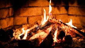 在壁炉的灼烧的火焰火 温暖和舒适 免版税库存照片