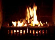 在壁炉的灼烧的火 库存图片