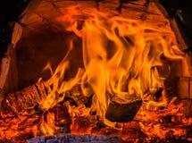 在壁炉的舒适钻木取火 库存图片
