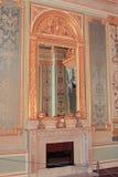 在壁炉的镜子在卧室 免版税库存照片
