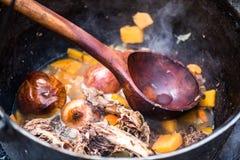 在壁炉的食物 免版税库存图片
