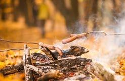 在壁炉的香肠 免版税库存照片