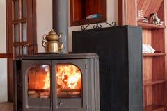 在壁炉的水壶在房子里 图库摄影