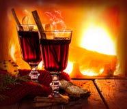 在壁炉背景-冬天温暖的饮料的热的被仔细考虑的酒 免版税库存图片