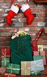 在壁炉边的圣诞老人袋子 图库摄影