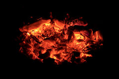在壁炉边的焕发红色炭烬在黑暗的晚上 库存图片