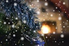 在壁炉附近的舒适圣诞节晚上 库存图片