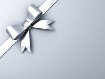 在壁角灰色背景的银色丝带弓 免版税库存图片