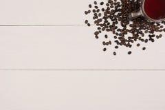 在壁角白色木头的咖啡杯豆 库存图片