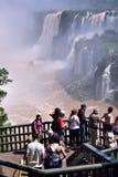 在壮观的伊瓜苏瀑布的旅游业与晴朗的天空 库存图片
