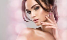 在壮观的华美的模型和glamure组成 蓝眼睛有薄雾的神色  免版税库存图片