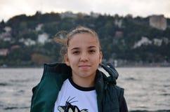 在壮观的Bosphorus后的主导的纯净的美丽的女孩 库存照片