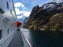 在壮观的Trollfjorden的游轮在Lofoten,挪威 库存图片