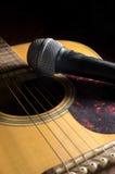 在声学吉他的话筒 免版税库存照片