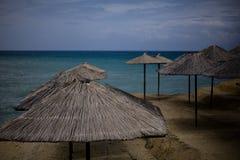 在声望海滩胜地希腊的阴沉的天 海的激动人心的景色 清楚的torquiose水 有益于放松通过坐或 库存照片