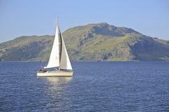 在声音的游艇航行仔细考虑,苏格兰, UK> 免版税库存图片