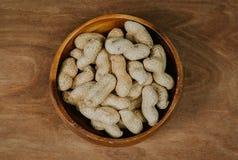 在壳在一个木碗,选择聚焦葡萄酒过滤器的花生 库存照片