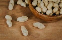 在壳在一个木碗,选择聚焦葡萄酒过滤器的花生 免版税库存图片