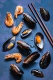 在壳的海鲜在蓝色背景的淡菜和虾 库存图片